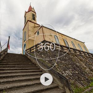 fotografía de Iglesia de Puerto Octay con un ícono de 360 y un botón de reproducir sobre ella que invita al recorrido virtual patrimonial