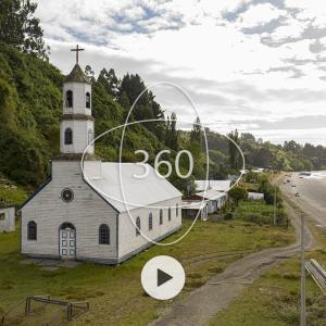 fotografía de la Iglesia de Llingua con un ícono de 360 y un botón de reproducir sobre ella que invita al recorrido virtual patrimonial
