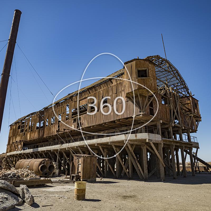 fotografía de planta de lixiviación de la salitrera santa laura con un ícono de 360 sobre ella que invita al recorrido virtual patrimonial