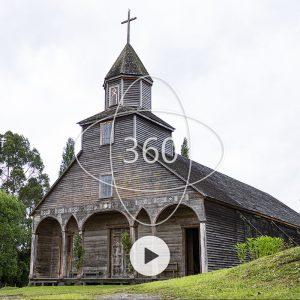 fotografía a color del frente de la Iglesia de Ichuac con un ícono de 360 y el icono de PLAY sobre ella que invita a dar inicio al recorrido virtual patrimonial